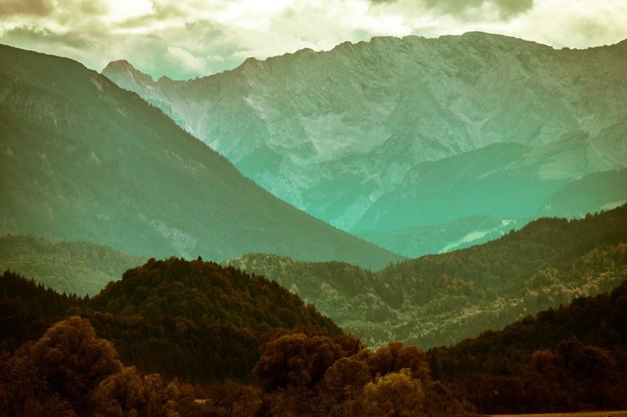 Layers of green alpine mountains by Didgemon on https://pixabay.com/en/mountains-alpine-978010/