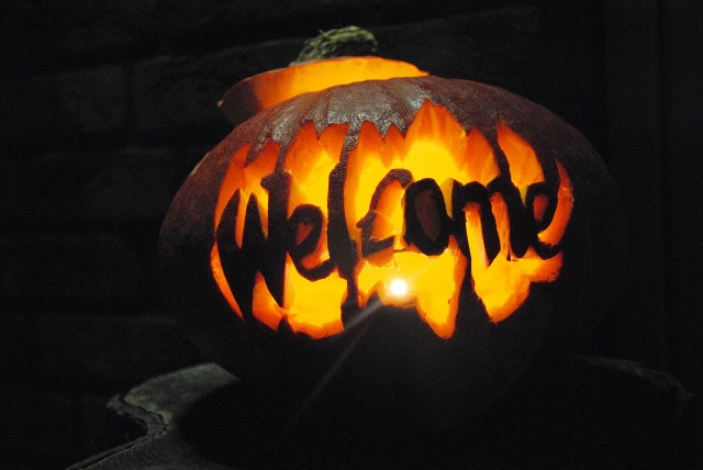 Welcome carved into pumpkin with interior glow, dark outside by Professionell-Pflegende on https://pixabay.com/en/pumpkin-halloween-spirit-1579152/