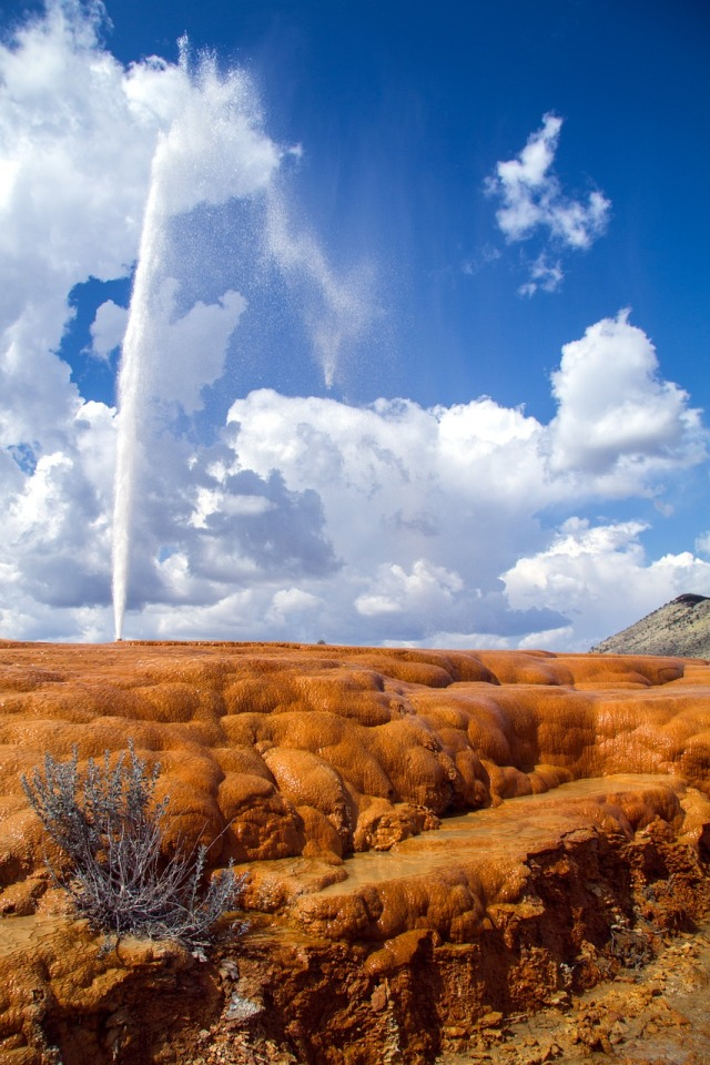 Photo of the Soda Springs Geyser erupting from kasabubu at https://pixabay.com/en/soda-springs-geyser-idaho-usa-1768623/